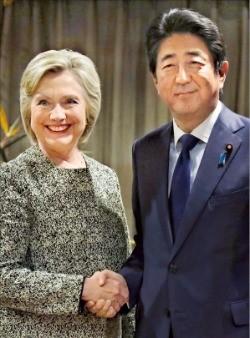 아베 신조 일본 총리(오른쪽)가 19일(현지시간) 뉴욕에서 힐러리 클린턴 미국 민주당 대통령 후보를 만나 악수하고 있다. 뉴욕AP연합뉴스