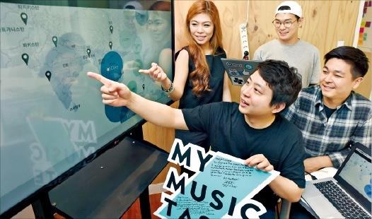 이재석 마이뮤직테이스트 대표(가운데)와 직원들이 엑소(EXO) 콘서트가 열리길 바라는 팬들의 대륙별 현황을 보여주고 있다. 신경훈 기자 khshin@hankyung.com