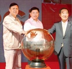 이수영 OCI 회장(오른쪽)은 20일 중국 안후이성 마안산시에서 합작사인 마안산강철그룹의 가오하이젠 회장(왼쪽)과 함께 콜타르 정제 공장 준공식에 참석했다. OCI 제공