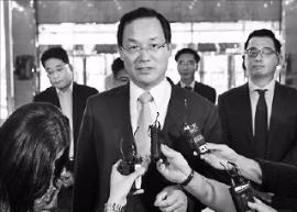 김정만 수석부장판사가 지난 1일 서울 여의도 한진해운 본사에 들어서며 취재진의 질문에 답하고 있다. 연합뉴스