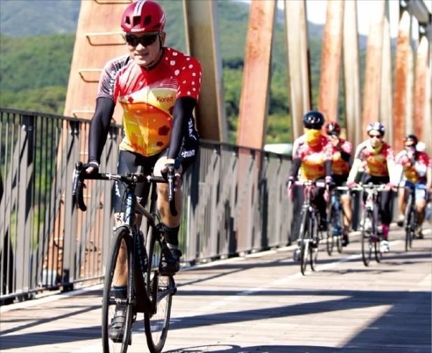 20일 서울과 부산을 자전거로 이동하는 '라이드 코리아 라이드 자이언트' 행사에 참여한 토니 로 자이언트 최고경영자(CEO·맨 앞)가 경기 양평 양수철교를 건너고 있다. 자이언트 제공