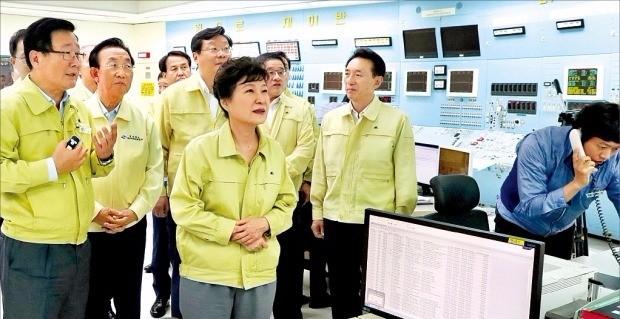박근혜 대통령은 20일 경주 월성 원자력발전소 1호기 주제어실을 방문해 조석 한국수력원자력 사장(맨 왼쪽) 등 직원들에게 철저한 지진 대비태세를 지시했다. 경주=강은구 기자 egkang@hankyung.com