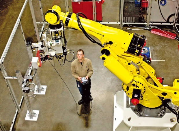 산업용 사물인터넷과 빅데이터, 센서, 로봇 등 이미 상업화된 기술을 효율적으로 활용하면 인더스트리4.0은 생각보다 가까이에 있다. GE 항공사업부문 캐나다공장에서 첨단 제조기술을 이용해 제트기 엔진 부품을 생산하고 있다. GE코리아  제공