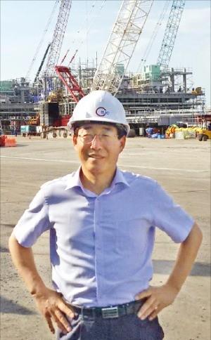 나장훈 필즈엔지니어링 대표가 태국 라용에 있는 BJC 모듈 제작 현장을 둘러보고 있다.