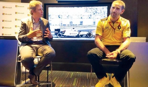 페파인 리히터 마이크로소프트 다이내믹스AX 마케팅 책임자(왼쪽)와 시릴 아비테불 르노스포츠 엔진담당 이사가 대화하고 있다.