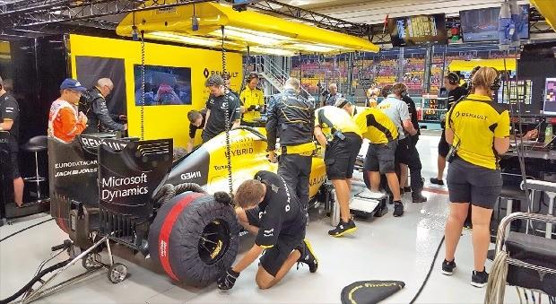르노F1 팀의 엔지니어들이 15일 연습주행 도중 차고에 들어온 레이싱카를 점검하고 있다.
