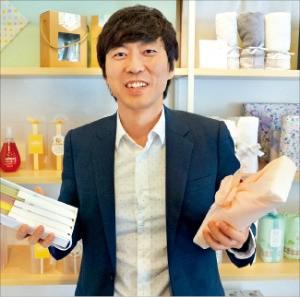 윤영호 대표가 답례품 브랜드 '셀레모'의 인기 제품을 소개하고 있다. 바른컴퍼니 제공