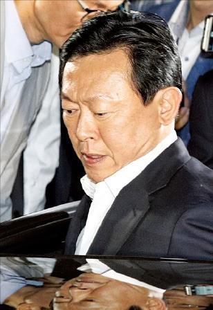 신동빈 롯데그룹 회장이 서울중앙지방검찰청에서 조사를 받은 뒤 21일 새벽 차에 오르고 있다. 연합뉴스