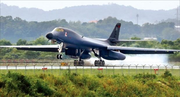 미국의 장거리 전략폭격기 B-1B '랜서'가 21일 경기 평택 오산 미군기지에 착륙했다. B-1B가 한국 기지에 착륙한 것은 이번이 처음이다. 연합뉴스
