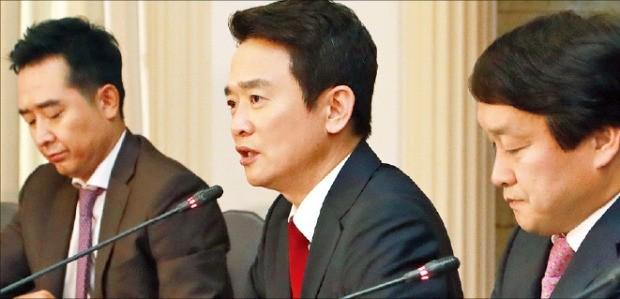 남경필 경기지사(가운데)가 21일 관훈클럽 토론회에서 답변하고 있다. 연합뉴스