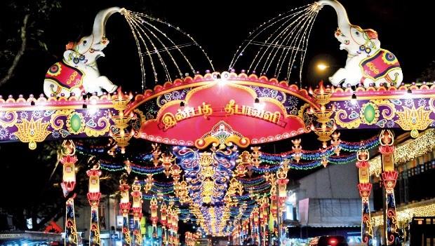 싱가포르 디파발리 축제의 화려한 야경.