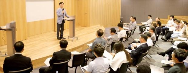 연구개발특구진흥재단은 지난 5월 대전 대덕테크비즈센터(TBC) 1층 콜라보홀에서 한국거래소와 공동으로 '대덕특구 코스닥·코넥스시장 상장설명회'를 열었다. 연구개발특구진흥재단 제공