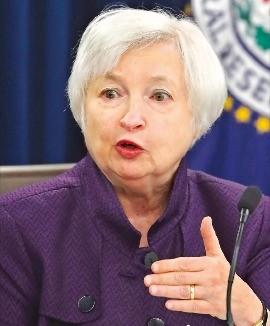 재닛 옐런 미국 중앙은행(Fed) 의장이 21일(현지시간) 워싱턴DC에서 연방공개시장위원회(FOMC) 회의를 마친 뒤 기자회견을 통해 기준금리 동결 배경을 설명하고 있다. 워싱턴DCAFP연합뉴스