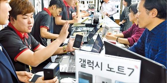 배터리 결함이 발견된 갤럭시노트7을 새 제품으로 바꿔간 소비자가 22일 기준 10만명을 넘어섰다. KT 광화문점을 찾은 소비자들이 교환과 관련해 상담을 하고 있다. 강은구 기자 egkang@hankyung.com