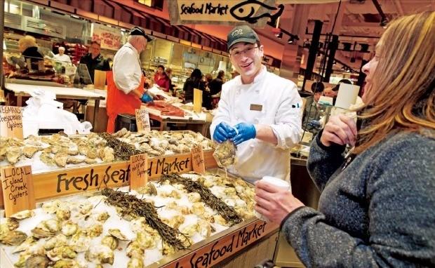 미국 식료품점 웨그먼스푸드마켓. 고객보다 직원을 우선하는 경영방침으로 존경받는 회사가 됐다. 웨그먼스푸드마켓 홈페이지