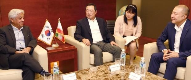 구자열 LS그룹 회장(왼쪽 두 번째)은 22일 서울 삼성동 아셈타워에서 구자은 LS엠트론 부회장(오른쪽)과 함께 아바스 케샤바르즈 이란 농업부 차관(왼쪽)을 만나 트랙터 분야 협력 방안을 논의했다. LS엠트론 제공