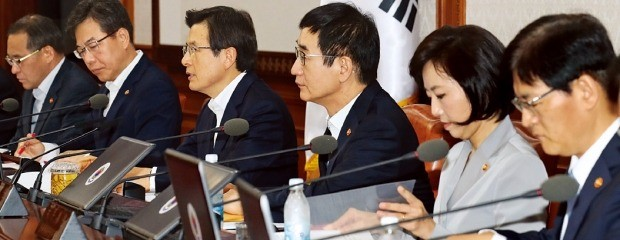 국무회의에 참석한 국무총리와 장관들이 대통령 발언을 듣고 있다. 연합뉴스
