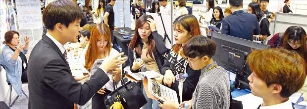 서울 삼성동 코엑스에서 23일 열린 '스포츠산업 잡페어 2016'에서 구직자들이 채용상담을 하고 있다. 허문찬 기자 sweat@hankyung.com