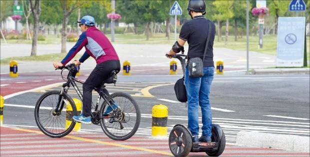 한 시민이 23일 세그웨이를 타고 서울 반포한강공원 자전거도로를 달리고 있다. 서울시 조례에 따르면 한강공원에서 세그웨이 등 퍼스널 모빌리티를 타는 행위는 불법이다. 김영우 기자 youngwoo@hankyung.com