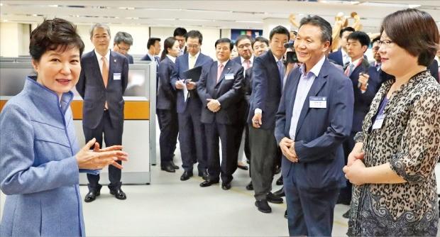 박근혜 대통령이 23일 서울 세종대로 프레스센터에서 열린 서민금융통합지원센터 개소식에 참석해 금융 지원을 받은 시민들과 얘기하고 있다. 강은구 기자 egkang@hankyung.com
