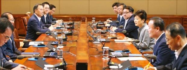 박근혜 대통령이 주재해 격주로 월요일에 여는 청와대 수석비서관 회의. 한경DB