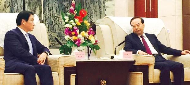최태원 SK그룹 회장(왼쪽)이 지난 24일 중국 충칭 국제콘퍼런스센터에서 쑨정차이 충칭시 당서기와 만나 협력 방안을 논의하고 있다. SK그룹 제공