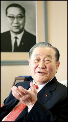 선친인 박규회 샘표식품 창업주 사진 앞에서 얘기하고 있는 박승복 회장.
