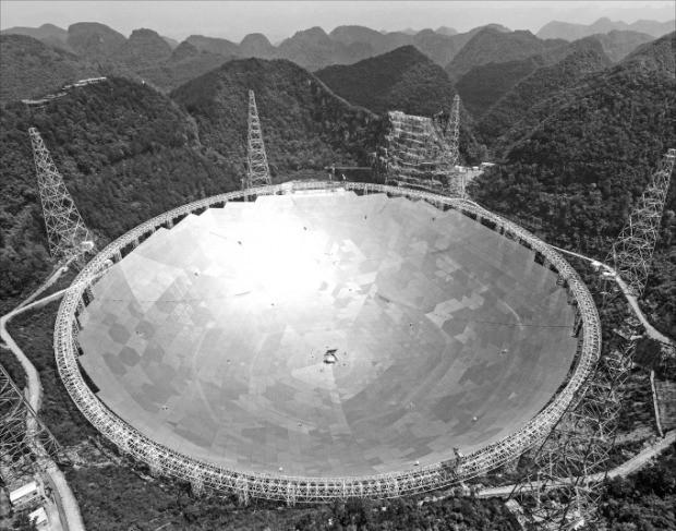 중국 구이저우성 첸난주 핑탕현 산림지대에 건설된 세계 최대 전파망원경인 톈옌이 25일(현지시간) 정식 가동에 들어갔다. 핑탕EPA연합뉴스