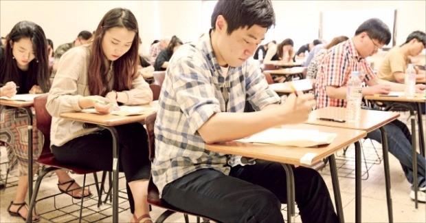 지난 6월 국내에서 처음으로 치러진 '제1회 금융NCS1종 시험'에는 특성화고교생과 대학생, NCS 고교 교사 등이 응시했다. 한경DB