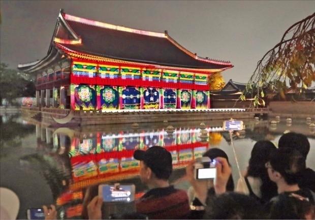 지난 25일 야간특별관람을 실시한 경복궁 경회루에서 펼쳐진 미디어 파사드 공연. 연합뉴스