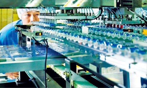 SK케미칼 직원이 경북 안동의 독감 백신 공장 '엘하우스'에서 생산라인을 점검하고 있다. SK케미칼 제공