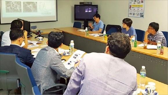 연구소기업인 차세대소재연구소 직원들이 부경대 연구실에서 나노입자의 복합분말 제조 방법에 대해 회의하고 있다. 부산시 제공