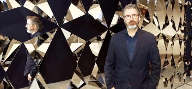 덴마크 설치작가 올라퍼 엘리아슨이 자신의 작품 '자아가 사라지는 벽' 앞에 서 있다.