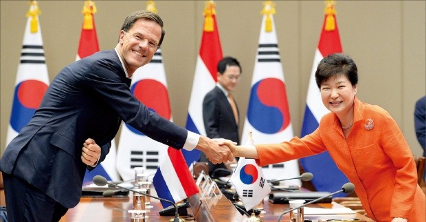 박근혜 대통령이 27일 청와대에서 마르크 뤼터 네덜란드 총리와 정상회담에 앞서 악수하고 있다. 강은구 기자 egkang@hankyung.com