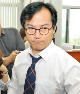 국정감사 출석 의사를 밝힌 김영우 국회 국방위원장이 27일 굳은 표정으로 국방위원장실을 나서고 있다. 연합뉴스