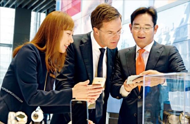 이재용 삼성전자 부회장(오른쪽)이 27일 서울 서초동 삼성 딜라이트홀에서 마르크 뤼터 네덜란드 총리(가운데)에게 갤럭시노트7의 기능에 대해 설명하고 있다. 삼성 제공