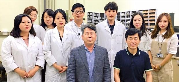 추민철 그린솔 대표(첫째 줄 왼쪽)와 손진영 연구소장(오른쪽)은 집속초음파 분산기술을 활용한 제품의 사업화에 나섰다. 그린솔  제공