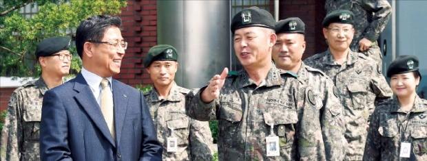이광원 LS엠트론 대표(왼쪽)와 신인호 육군 제26기계화보병사단장은 1사1병영 결연을 통해 전역 장병들의 취업 활동을 지원하기로 했다.