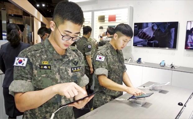 한국무역협회의 모범장병 초청행사에 참가한 장병들이 경기 수원시 삼성전자 디지털시티를 둘러보며 첨단 전자제품을 체험하고 있다. 한국무역협회 제공