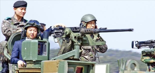 이성민 에이알텍 대표(가운데)가 102기갑여단 33전차대대 연병장에서 K-1 전차 훈련을 체험하고 있다. 102기갑여단 제공