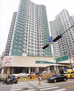 대단지 아파트 내 상가가 지역의 명소로 떠오르면서 중심상권을 형성하고 있다. 서울 하왕십리동에 들어서는 '센트라스' 단지 내 상가 '. 김영우 기자 youngwoo@hankyung.com