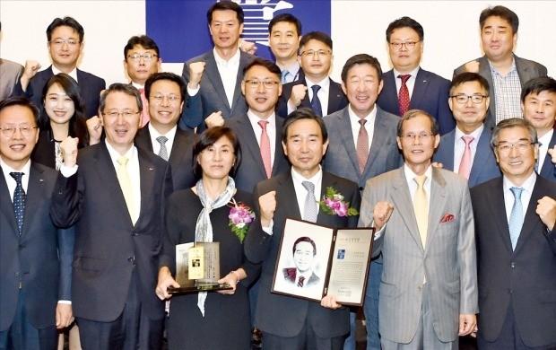 전문경영인 부문 다산경영상을 받은 하성용 한국항공우주산업(KAI) 사장(앞줄 오른쪽 세 번째)과 부인 박순애 씨(네 번째)가 시상식 직후 KAI 임직원들과 기념촬영을 했다. 강은구 기자 egkang@hankyung.com