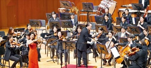 마에스트로 금난새 음악감독이 이끄는 한경필하모닉오케스트라가 28일 서울 예술의전당 콘서트홀에서 열린 '한국경제신문 창간 52주년·한경필 창단 1주년 기념 콘서트'에서 바이올리니스트 송지원과 함께 멘델스존의 '바이올린 협주곡 e단조'를 연주하고 있다. 강은구 기자 egkang@hankyung.com