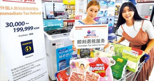 29일 서울 홈플러스 강서점에서 모델들이 '코리아 세일 페스타' 행사를 홍보하고 있다. 홈플러스는 다음달 12일까지 삼성, LG 등 50대 브랜드 기획전을 포함해 가전, 식품 등 전 품목 할인행사를 한다. 홈플러스 제공