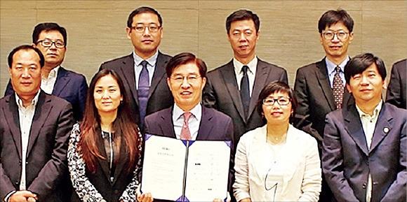 이동호 현대백화점 대표(앞줄 왼쪽 세 번째)는 29일 중국 베이징에서 장슈훙 중국여행사 대표(네 번째) 등 17개 유력 중국 여행사 대표와 만나 '한·중 관광산업 발전을 위한 상호협력 양해각서(MOU)'를 맺었다. 현대백화점 제공