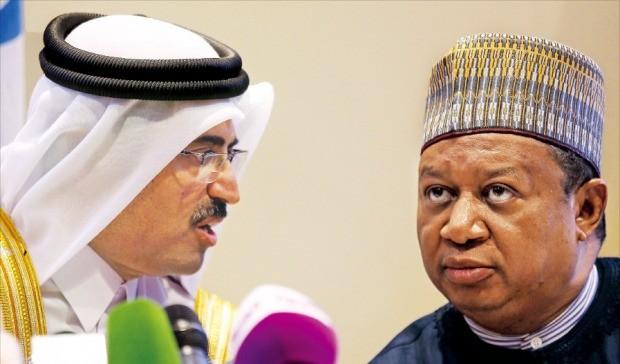 < 심각한 OPEC 사무총장 > 무함마드 살레 압둘라 알사다 카타르 에너지장관(왼쪽)과 무함마드 바르킨도 석유수출국기구(OPEC) 사무총장이 28일(현지시간) 알제리 수도 알제에서 열린 OPEC 회의가 끝난 뒤 기자회견장에서 얘기하고 있다. OPEC 회원국은 이날 원유 생산량 감축에 나서기로 합의했다. 알제EPA연합뉴스