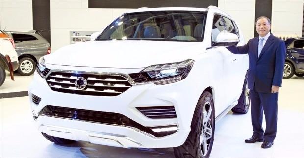 최종식 쌍용자동차 사장이 파리모터쇼에 출품한 콘셉트카 LIV-2를 소개하고 있다. 쌍용차 제공