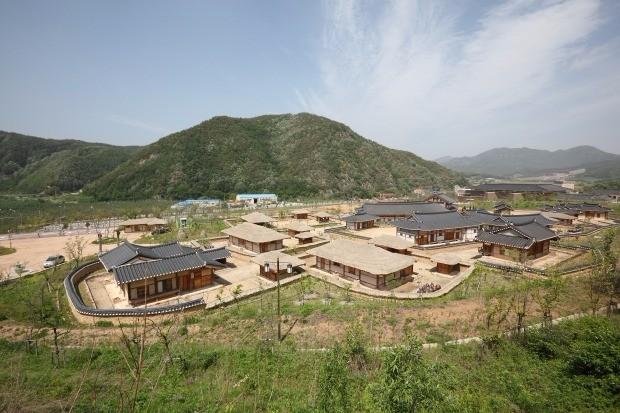 시골형 마이스 산업 육성에 나서고 있는 경북 청송군 한옥민예촌 전경 / 청송군 제공