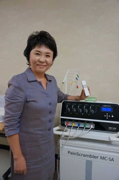 임영현 지오엠씨 대표가 '페인 스크램블러(사진 아래)'와 집중력 향상기 엠씨스퀘어 신제품에 대해 설명하고 있다.