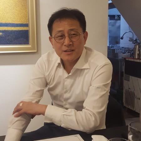 김인규 다비치안경체인 대표가 헬스케어 기술을 접목한 '스마트 안경' 개발에 대해 설명하고 있다. /이우상 기자
